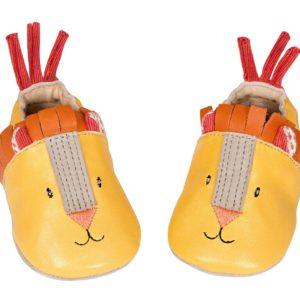 Pantofla të vogla të qëndisura në lëkure të verdhë 100% kerri dhe detaje prej tekstili. Ato janë të rehatshme, me të vetme lëkure kamoshi pa termorregulluese, të lehta për tu veshur, për tu hequr me zinxhirin në pjesën e prapme. Një dhuratë ideale për lindje.
